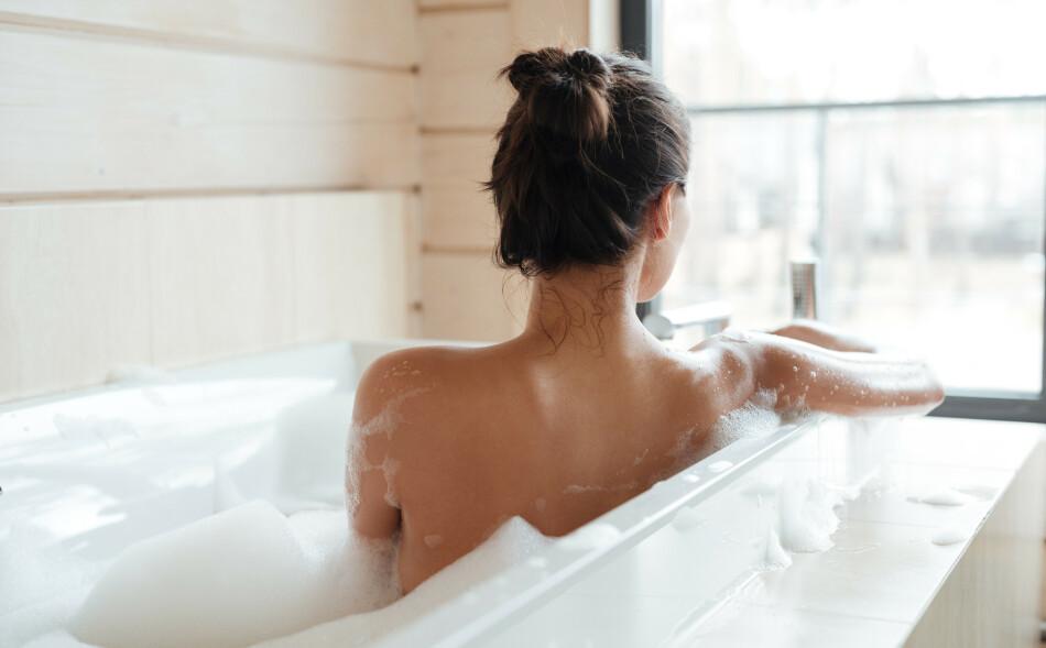 AVSLAPPENDE: Et varmt bad kan være både avslappende og beroligende, men påvirker det også hjertehelsen din? - For de fleste vil et bad bety ro, avkobling og nytelse, sier eksperten. FOTO: NTB Scanpix