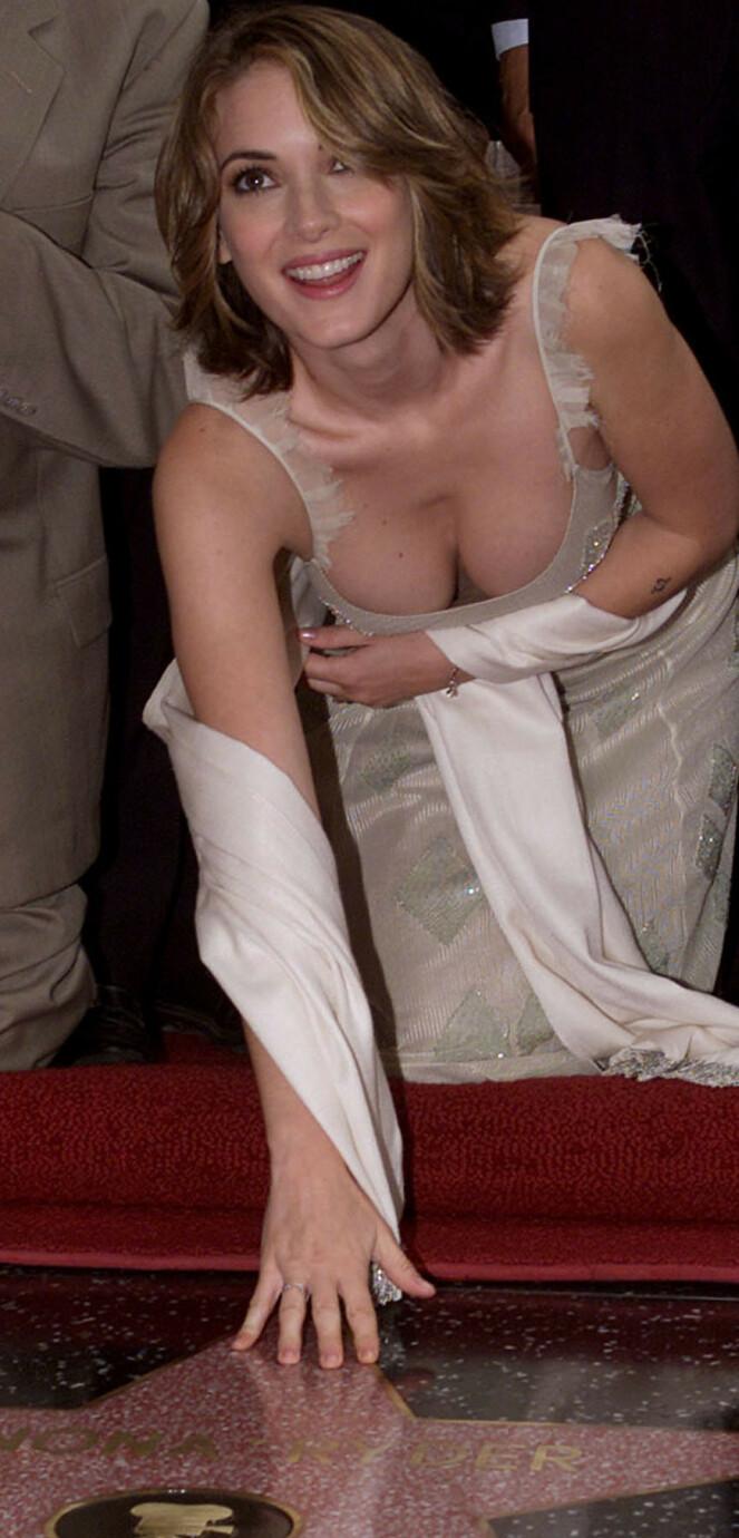 SÅ LYST UT: Winona Ryder får sin stjerne på Hollywood Walk of Fame i 2000. Et år senere blir hun tatt i butikktyveri. FOTO: NTB Scanpix