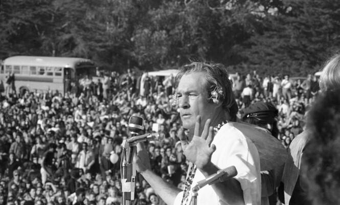 LSD TIL FOLKET: Winonas gudfar Timothy Leary taler for en forsamling hippier i Golden Gate Park, San Francisco. Det var her psykologen ytret de kjente ordene «Turn on, Tune in and Drop out» og samlingen markerte opptakten på «Summer of Love». FOTO: NTB Scanpix