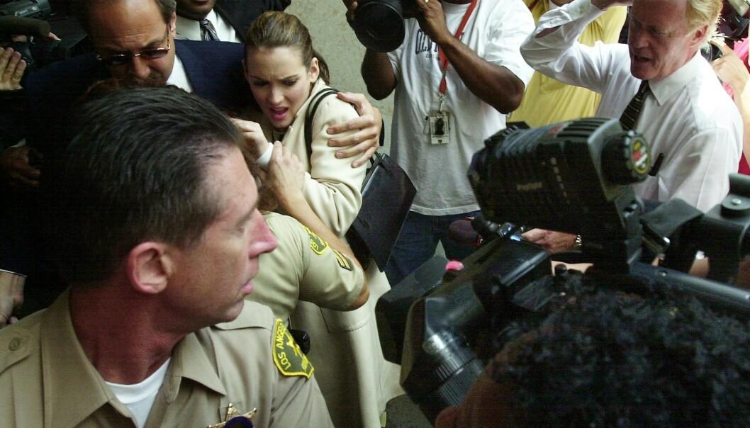 ENORMT PRESS: Winona Ryder ankommer Los Angeles County Superior Court i Beverly Hills i 2002, i forbindelse med de innledende høringene om butikktyveri og besittelse av legemidler. FOTO: NTB Scanpix