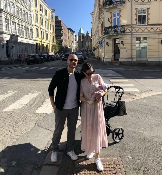 <strong>NYBAKTE FORELDRE:</strong> Kristoffer Tømmerbakke og forloveden Rakel på sin første trilletur med Josephine. Foto: Privat