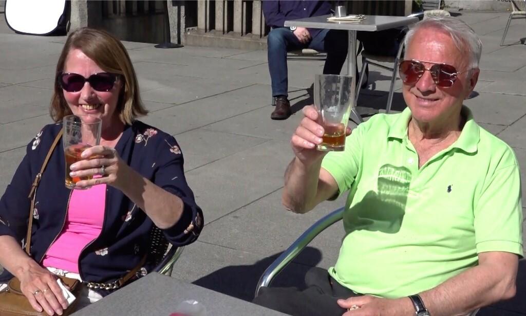 SKÅL! Grete og Asbjørn Johnsen kunne nyte en alkoholfri utepils et steinkast fra Stortinget i dag. Foto: Celina Morken