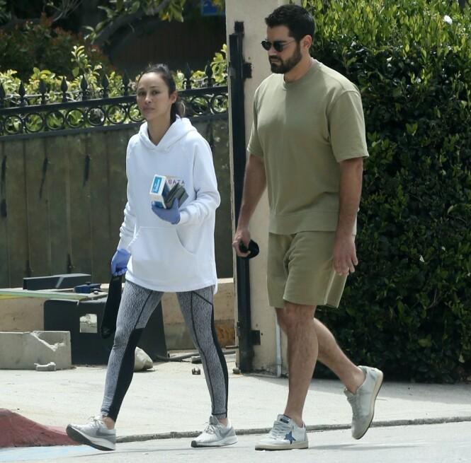 <strong>PÅ RUSLETUR:</strong> Her er Cara og Jesse gjenforent i Beverly Hills i Los Angeles. Duoen skal ha kjøpt en kartong med røyk før de gikk hjem sammen igjen. Foto: NTB Scanpix