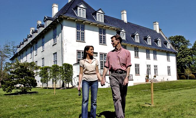 <strong>TILBAKE:</strong> Prinsesse Marie og prins Joachim på solgte Schackenborg Slott i 2014. Her er ekteparet avbildet ved sitt tidligere hjem - dit de nå returnerer - samme år. Foto: NTB Scanpix