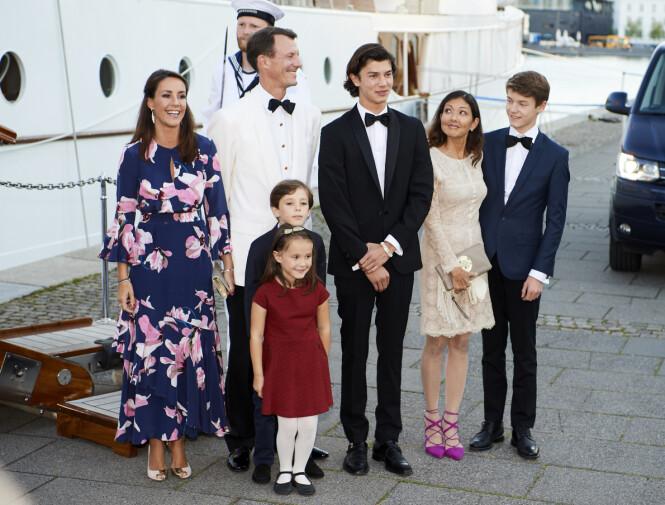 <strong>FAMILIE:</strong> Prins Joachim, kona og deres to barn flytter nå tilbake sitt tidligere hjem. Her er prinsen omringet av hele familien sin, inkludert ekskona Alexandra og deres to felles barn, prins Nikolai og prins Felix. Foto: NTB Scanpix