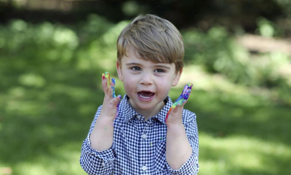 <strong>BURSDAGSGUTT:</strong> Prins Louis fyller hele to år i dag, den 23. april. Hertuginne Kate har i den forbindelse tatt noen søte bilder av sjarmøren, som smiler fra øre til øre. Foto: Kensington Palace