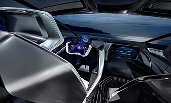 EGEN SKJERM: Passasjeren foran i bilen får en egen skjerm å leke seg med. Foto: Lexus.