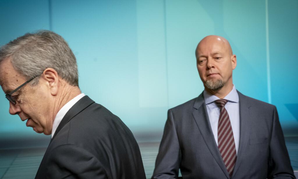 BEKLAGER: Avtroppende oljefondssjef Yngve Slyngstad (t.h.) beklager at han tok privatfly hjem fra Nicolai Tangens seminar. Her avbildet sammen med sentralbanksjef Øystein Olsen. Foto: Heiko Junge / NTB scanpix