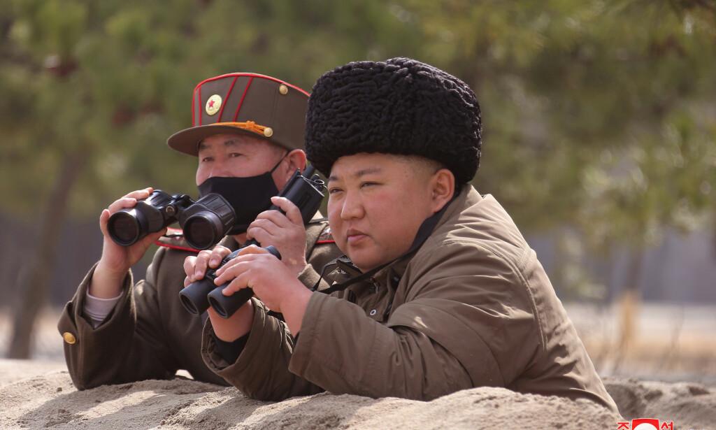 INSPISERTE: Dette er det siste bildet som den nordkoreanske nyhetstjenesten KCNA har publisert at Kim Jong-un. Det ble sendt ut i mars. Foto: KCNA / Reuters / NTB scanpix