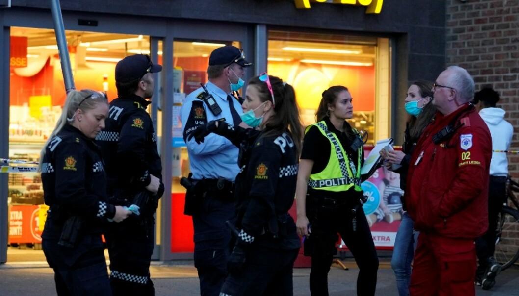 Politi og ambulanse har rykket ut etter at det er meldt om at en person er knivstukket i Borggata på Tøyen i Oslo. Omtrent ti personer har løpt fra stedet. Foto: Heiko Junge / NTB scanpix