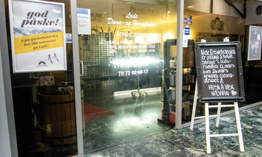 - HUSK Å VASK NÆVVAN: Slik har kundene møtt inngangen til Lade Dame- og Herrefrisør i Trondheim i flere uker. Mandag er det åpen dør igjen. Foto: Gorm Kallestad, NTB Scanpix.