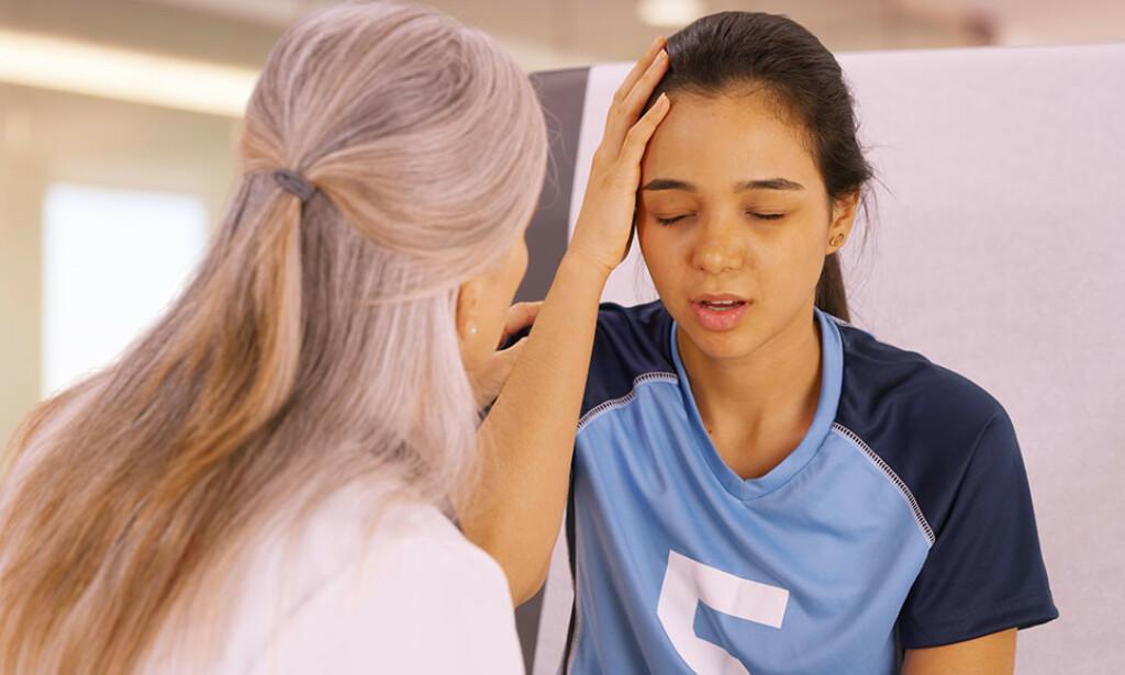 TYPISKE TEGN PÅ HJERNERYSTELSE: Hodepine, kvalme og tretthet er vanlige symptomer på hjernerystelse. Foto: NTB Scanpix/Shutterstock