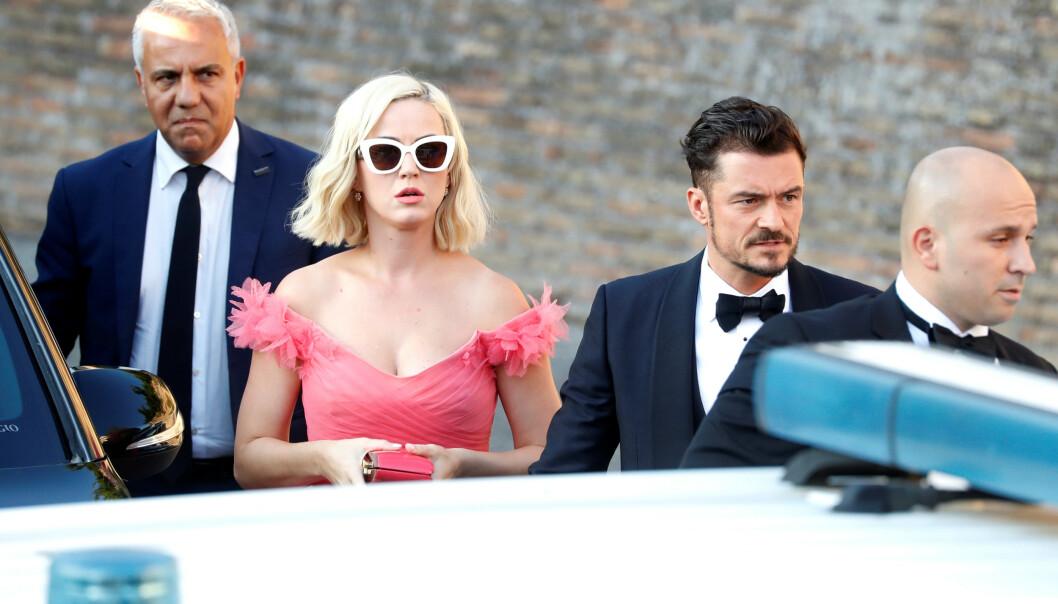 NY HVERDAG: Katy Perry og Orlando Bloom blir foreldre til sommeren. Her er de avbildet som gjester i bryllupet til motedesigner Misha Nonoo i Italia i 2019. Foto: Reuters/ NTB Scanpix