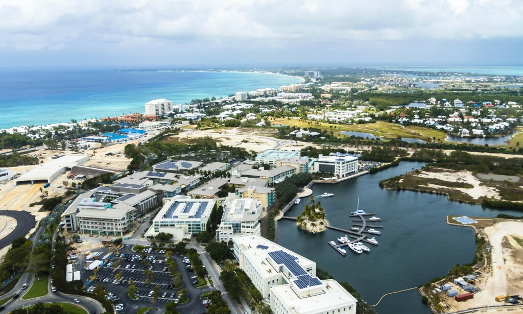 SKATTEPARADIS: Her ser man forretningsdistriktet i hovedstaden George Town på øya Grand Cayman på Caymanøyene. Foto: NTB Scanpix
