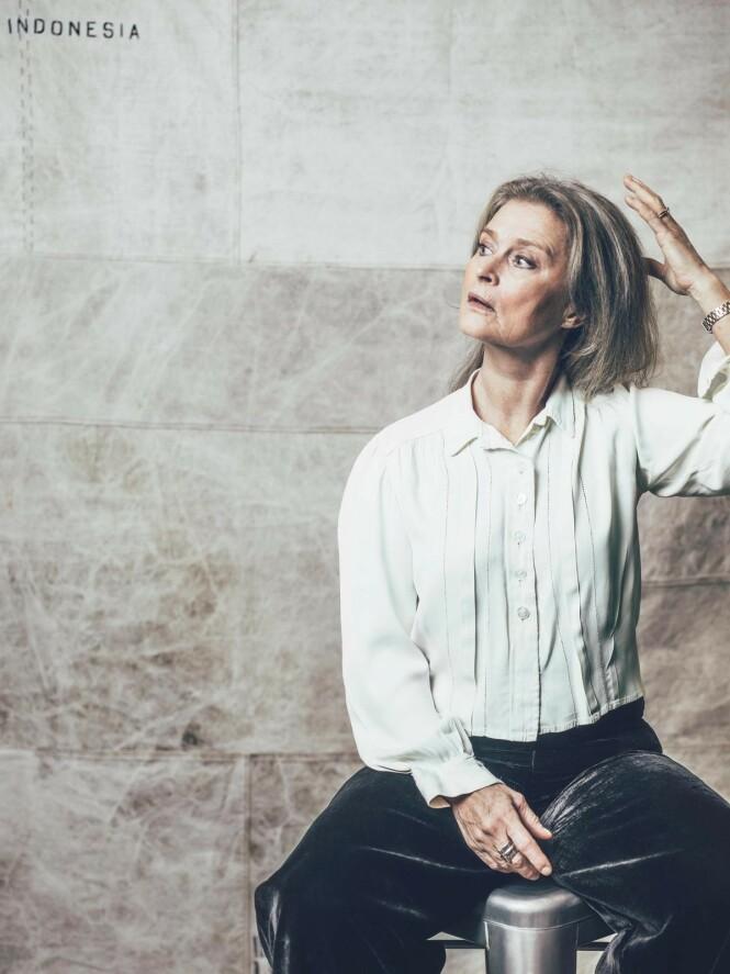 Klimaengasjerte Lena Endre elsker klær og forsvarer forbruket sitt med at hun ikke har kastet et eneste plagg siden 1970-tallet. – Datteren min kjøper aldri nye klær, hun kommer og henter hjemme hos meg, forteller hun. FOTO: Rickard L. Eriksson