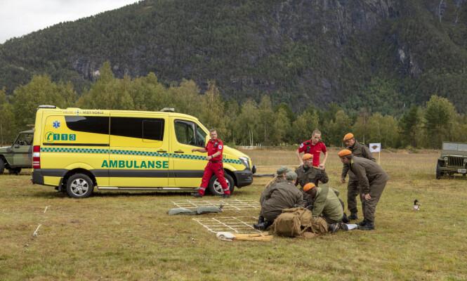 <strong>LEGEHJELP:</strong> Ambulansen ble tilkalt og Wanda måtte bli fraktet fra innspillingen. Foto: Matti Bernitz / TV 2