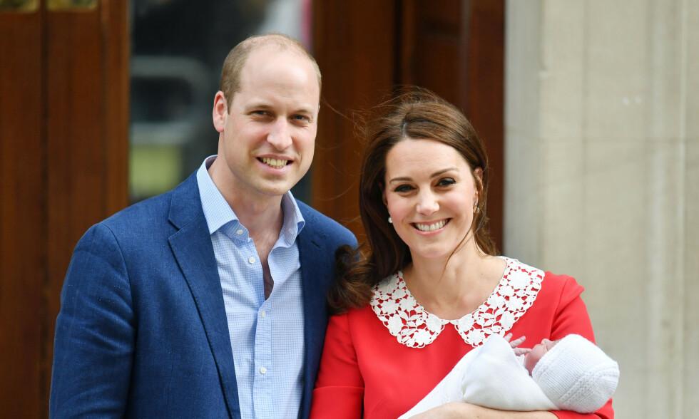 STOLTE: Torsdag fylte hertuginne Kate og prins Williams yngste sønn, Louis, to år. Da det britiske kongehuset delte en gratulasjonshilsen på Twitter, gikk imidlertid ikke alt helt som det skulle. Her viser hertugparet fram sønnen etter fødselen for to år siden. Foto: NTB Scanpix