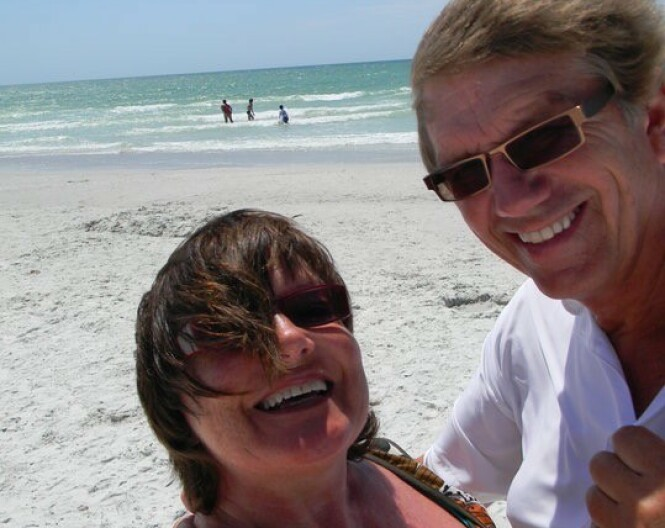 Gustav og Alis var hverandres livs kjærlighet. Her feiret de 40 år som par på en strand i Florida. En måned seinere døde Gustav brått. Foto: Privat