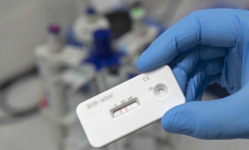 Flere land planlegger å teste befolkningen for antistoffer i håp om å kunne få svar på om de er blitt immune mot coronaviruset. Bildet viser en slik test i en lab i Tyskland, som har varslet massetesting. Foto: Jens Meyer / AP / NTB scanpix