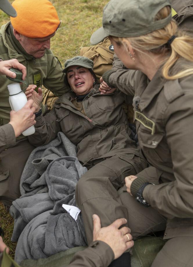 <strong>LEGEHJELP:</strong> Wanda Mashadi måtte få legehjelp og ble kjørt bort i ambulanse etter å ha skadet seg. Foto: Matti Bernitz / TV 2