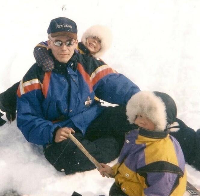 <strong>BLE DREPT:</strong> Johns pappa ble høsten 2003 drept på sin egen terrasse. Her er han fotografert med sønnen og dattera før den fatale kvelden. Foto: Privat