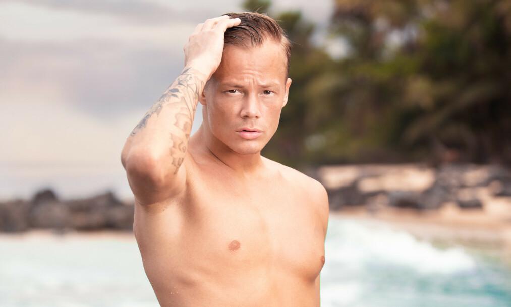 <strong>ÅPEN:</strong> John Sammol Kemi har denne våren vært å se på norsk tv, i «Ex on the Beach». Nå forteller han åpent om den vanskelige familiehistorien. For selv om 24-åringen både virker og er blid og utadvent, bærer han på noe han aldri kommer til å glemme. Foto: Toke Mathias Riskjær / Discovery