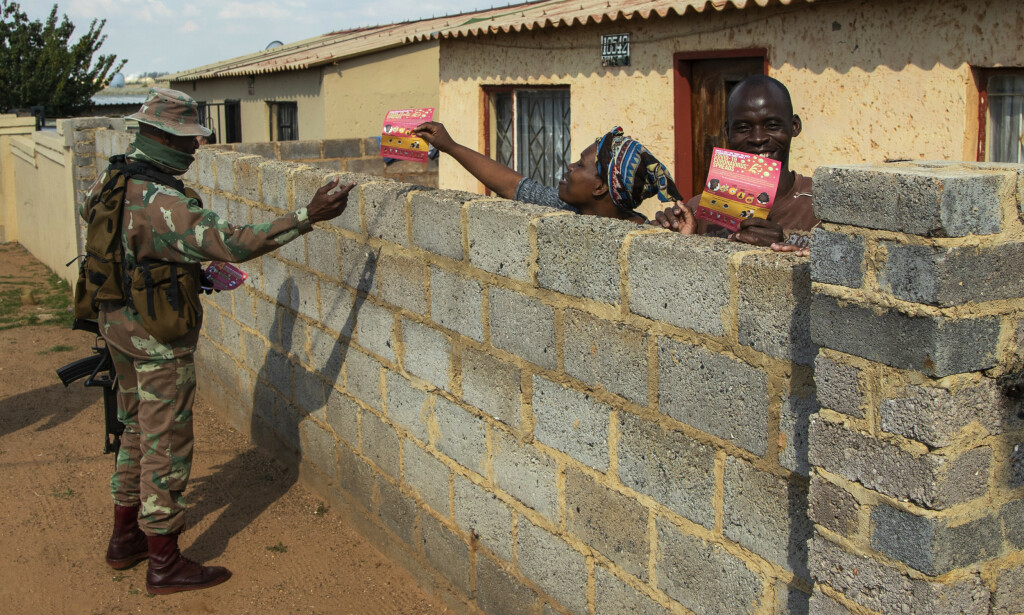 Coronaviruset har fått fotfeste i Afrika, og flest smittetilfeller er det foreløpig i Sør-Afrika. Her fra Soweto utenfor Johannesburg, hvor en soldat deler ut flygeblader med informasjon om coronaviruset. Foto: Themba Hadebe / AP / NTB scanpix
