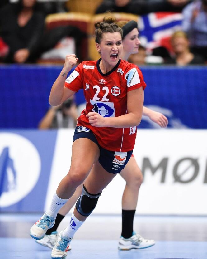 <strong>DYKTIG:</strong> Her er Amanda Kurtovic avbildet etter at hun scoret et mål i kampen mellom Danmark og Norge i 2016. Foto: NTB Scanpix