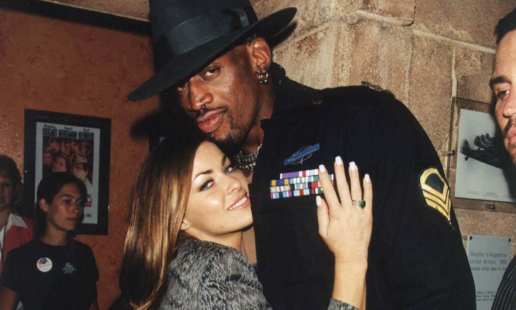 <strong>GIFT:</strong> Carmen Electra og basketstjernen Dennis Rodman var gift fra 1998 til 1999. På den korte tiden rakk de imidlertid å skape store overskrifter, og Electra har minner fra ekteskapet som har brent seg fast i minnet. Foto: NTB Scanpix
