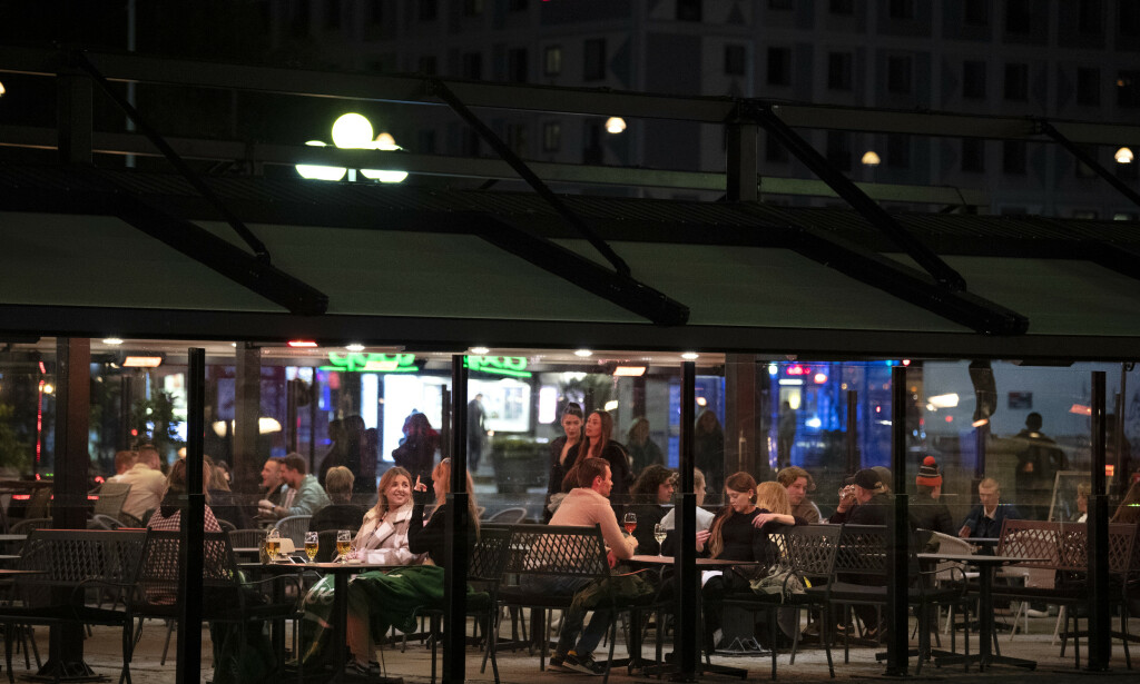 I motsetning til mange andre land har Sverige valgt å holde blant annet barer og restauranter åpne under koronapandemien. Foto: Jessica Gow/TT NYHETSBYRÅN / NTB scanpix