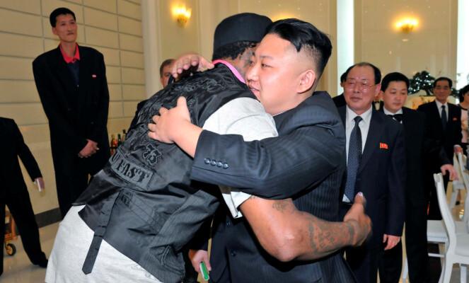 <strong>VENNER:</strong> Dennis Rodman og Kim Jong-un er ifølge Rodman selv venner for livet. Her er de avbildet under basketstjernens første besøk til Nord-Korea. Foto: NTB Scanpix