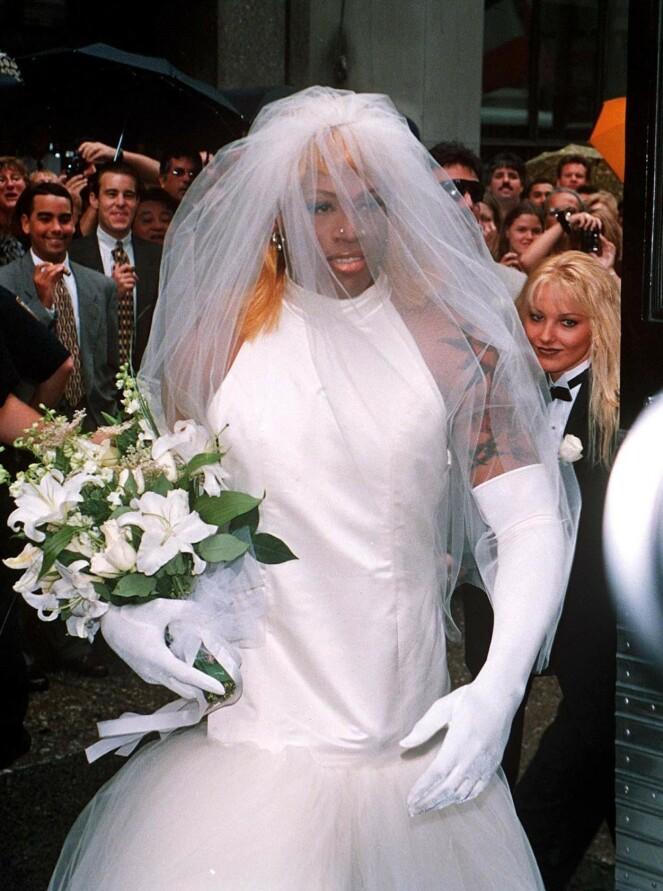 <strong>BRUDEKJOLE:</strong> Under promoteringen av selvbiografien sin, hevdet Rodman at han skulle gifte seg med seg selv, og at han var biseksuell. Foto: NTB Scanpix