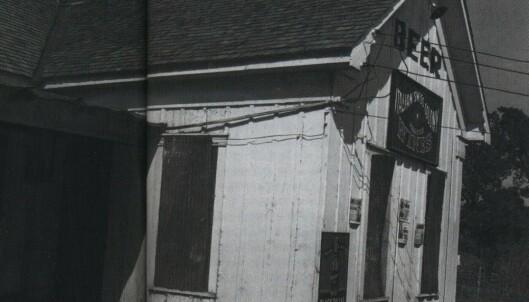 Baren må kunne sies å ha vært av det enkle slaget, likevel flokket folk hit for å flørte med de unge servitrisene og se bareieren mate alligatorene. Her er huset avbildet i 1938.