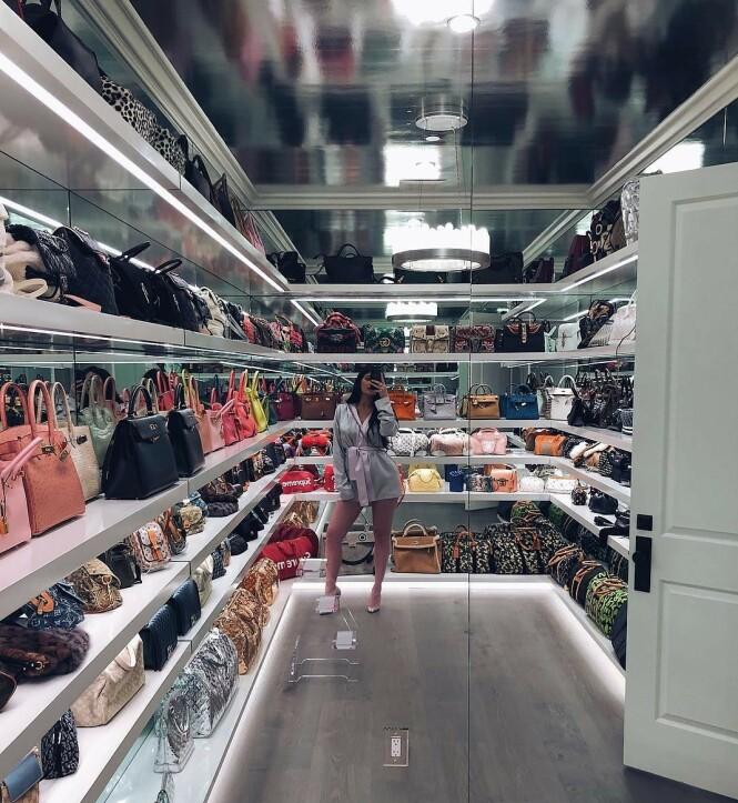 <strong>ELLEVILT:</strong> I 2018 viste Kylie Jenner frem deler av veskesamlingen sin på Instagram. Her ser man modeller fra Gucci, Hermés, Louis Vuttion og Chanel, for å nevne noen. Foto: Instagram / Kylie Jenner