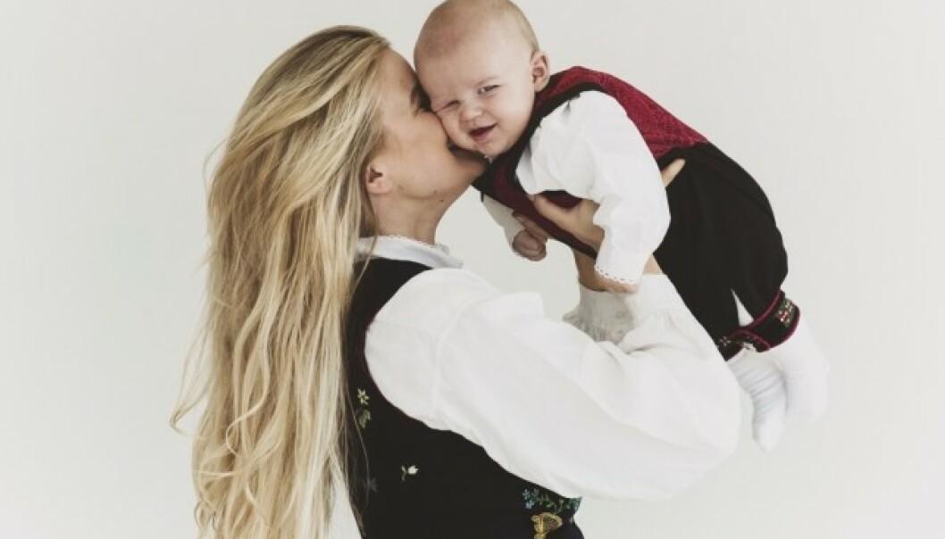 LIKER TILVÆRELSEN: Den første tiden som mor var for Sandra krevende og tung. Nå nyter hun småbarnslivet og er opptatt av å minne seg selv på alt hun er takknemlig for. FOTO: Astrid Waller