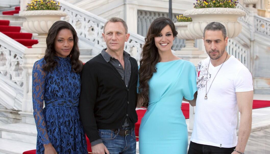 <strong>KJÆRLIGHETEN PÅ NY:</strong> Ola Rapace (t.h) giftet seg på nytt i fjor. Her er han fotografert noen år tidligere, i forbindelse med lanseringen av James Bond-filmen «Skyfall». Foto: NTB scanpix