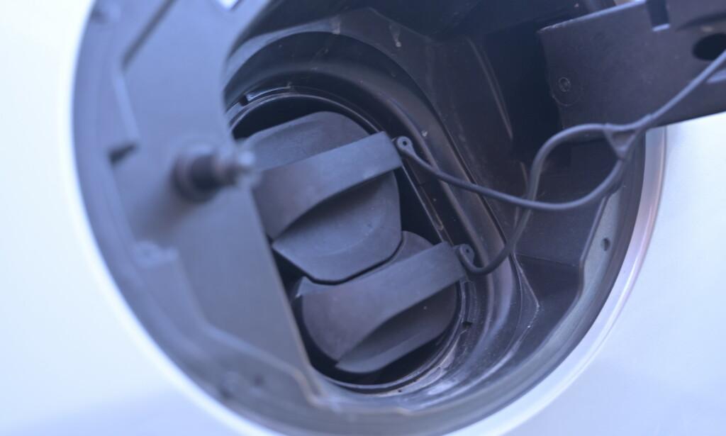 BORTE BRA, HJEMME BEST: 50 kW hurtiglading er ikke noe å skryte av i dag, men batteriet er uansett så lite at det er lite å hente på større kapasitet. Hjemme derimot, kan det gå unna. Foto: Rune M. Nesheim
