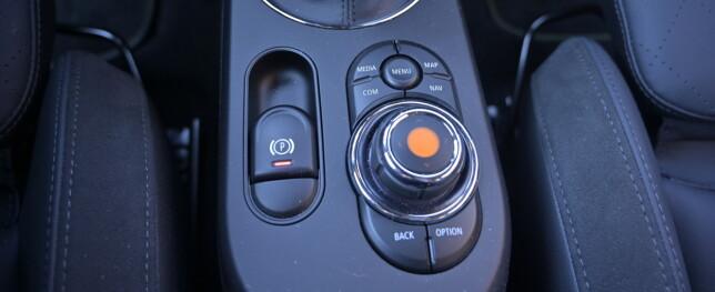 PREMIUM: Mellom de litt smale men gode og sportslige forsetene, styrer man skjermen på BMW-vis. Foto: Rune M. Nesheim