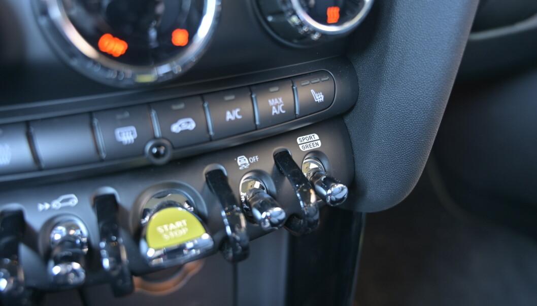 <strong>VIPP:</strong> Ved siden av den pulserende startknappen finner du knappen for regenerering, enten lite eller mye. Lengst til høyre velger du kjøreprogram. Foto: Rune M. Nesheim