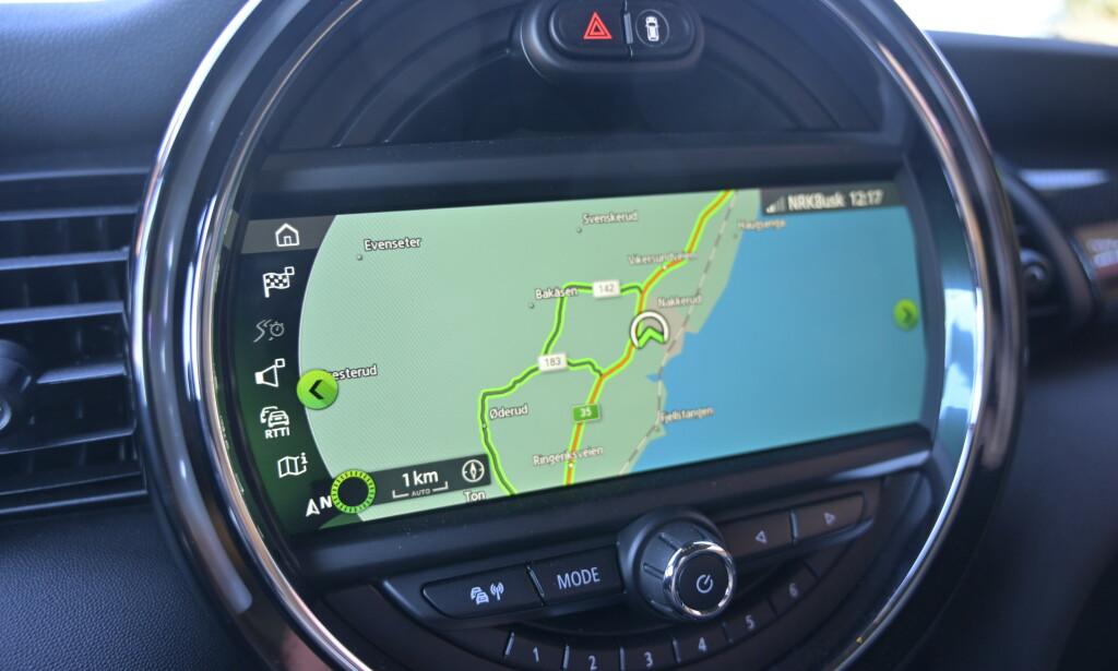 KOMPROMISS: Rundingen ble til i 2001, da med markedets største speedometer. Senere ble det flyttet foran føreren og erstattet med en widescreen skjerm. Men man har i det minste funksjonaliteten fra BMW og den er bra.