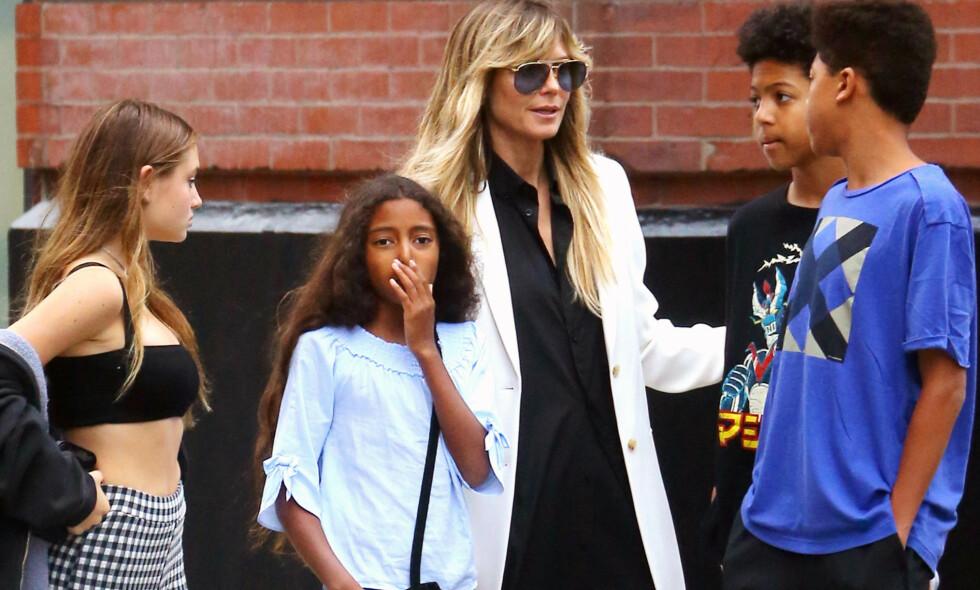 DELER NYTT BILDE: Heidi Klum har de fire barna Helene, Henry, Lou og Johan fra tidligere forhold. Nå deler hun et nytt bilde av de fire barna i sosiale medier. Her er de i New York i fjor. Foto: NTB Scanpix