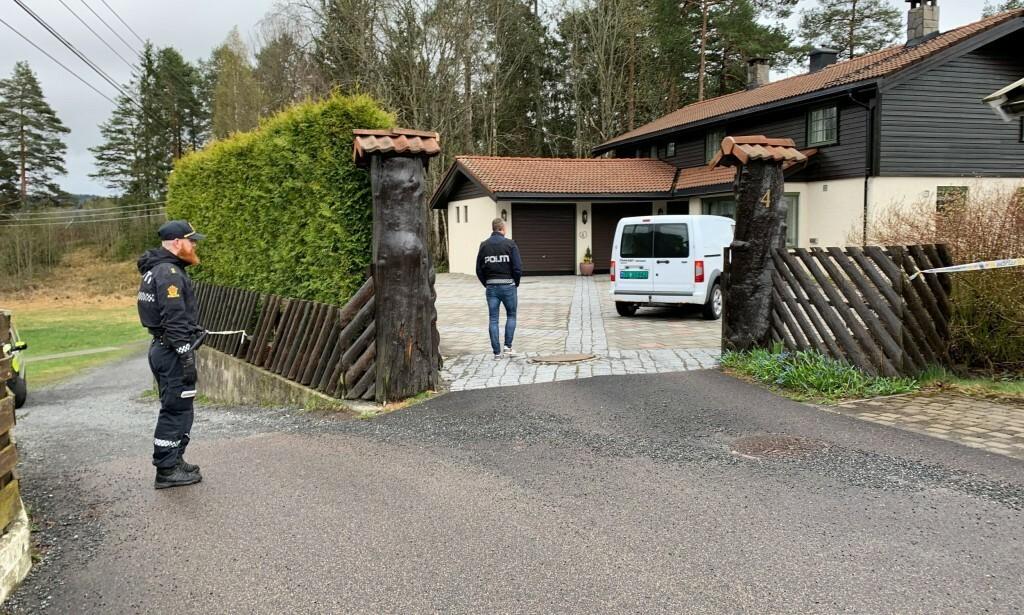 BOLIGEN: Politiet er tirsdag morgen utenfor boligen i Sloraveien i Lørenskog. Foto: Jesper Nordahl Finsveen / Dagbladet