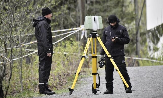 3D-KAMERA: Politiet tar bilder med det som skal være et 3D-kamera i terrenghet rundt boligen. Foto: Lars Eivind Bones / Dagbladet