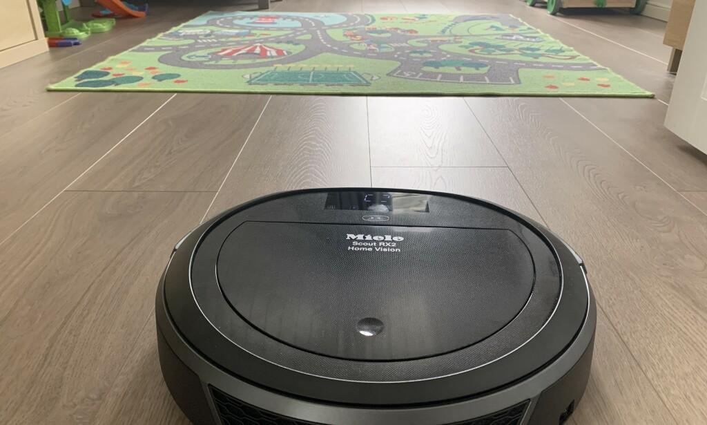 TRØBBEL RETT FORUT: Robotstøvsugeren sleit blant annet med dette teppet på barnerommet. Foto: Bjørn Eirik Loftås