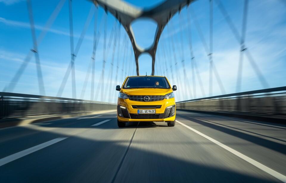 ELVAREBIL: - Vi tror at denne bilen vil passe svært godt både til varelevering og håndverkere, sier importøren om nye Open Vivaro-e. Foto: Opel.