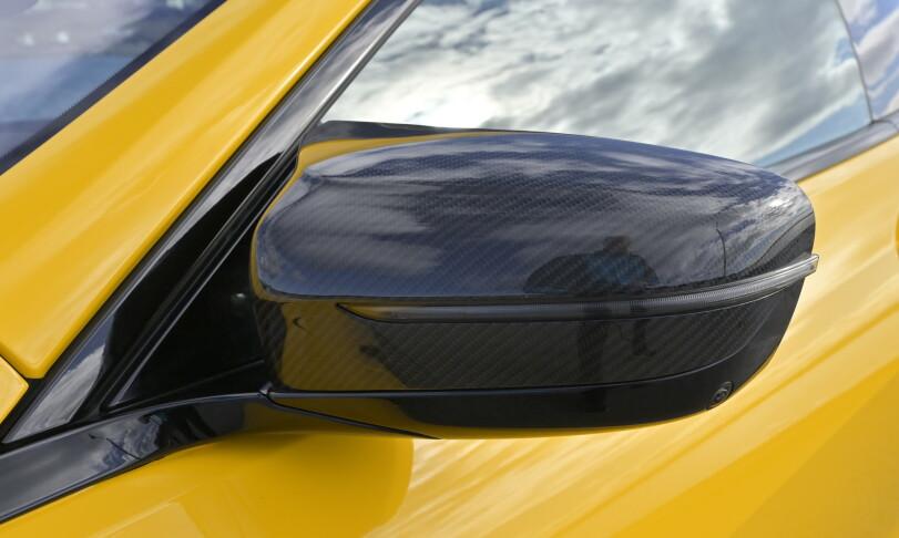 """KARBON: fra denne vinkelen ser man ikke like tydelig den ekstra """"spoileren"""" øverst på speilkappa inn mot ruta. Den hinter til de toarmede speilene som har vært et av kjennetegnene på BMW siden E30 Evo. Foto: Rune M. Nesheim"""