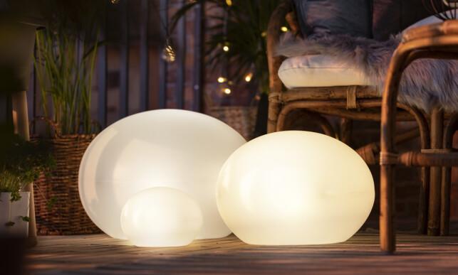 MYKE FORMER: Lysballene gir koselig lys i hagen eller på balkongen.