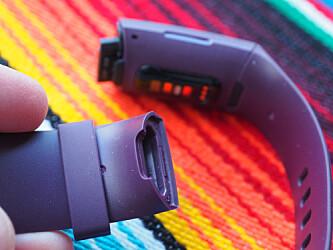 <strong>UTSKIFTBART:</strong> Du kan bytte armbånd på Charge 4, og de kommer enkelt av ved at du trykker inn en liten knapp i festet. Foto: Kirsti Østvang