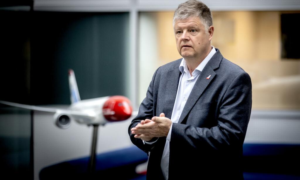 KAMPEN MOT CORONA: På Norwegians hovedkontor har konsernsjef Jacob Schram tatt i bruk antibac i kampen mot corona. Foto: Bjørn Langsem / Dagbladet