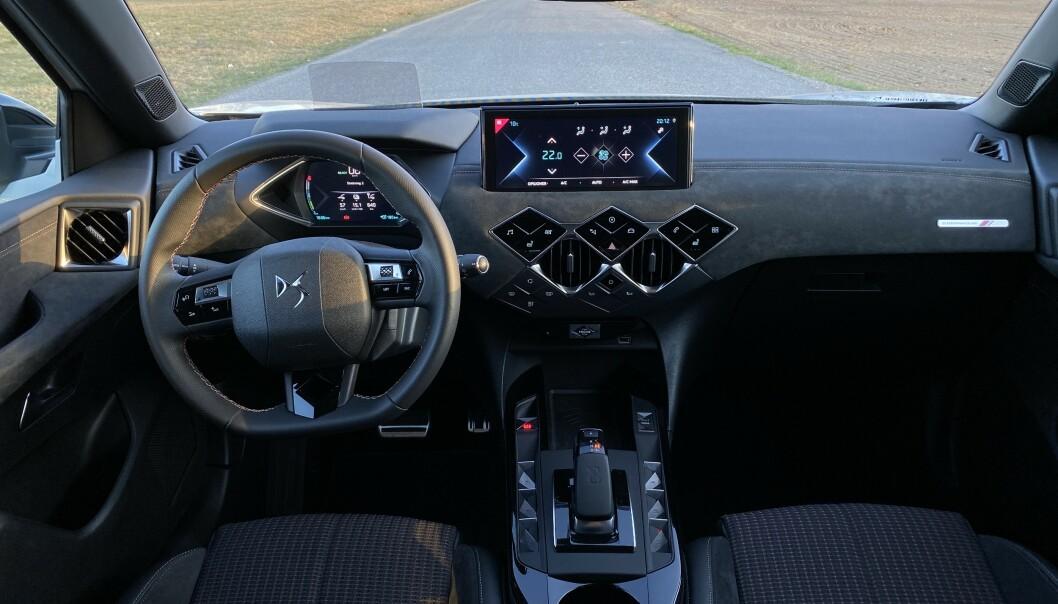 GOD STEMINING: Du finner deg raskt tilrette bak rattet, og ergonomien er upåklagelig. Setene duger fint til normalt store personer. Foto: Fred Magne Skillebæk